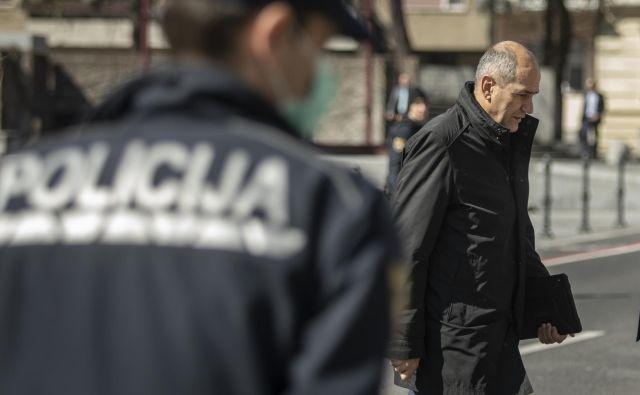 Državni zbor je potrdil protikoronski zakon, ki prinaša za tri milijarde evrov ukrepov za pomoč gospodarstvu in prebivalstvu, ob tem pa tudi povečuje policijska pooblastila.<br /> Foto Voranc Vogel