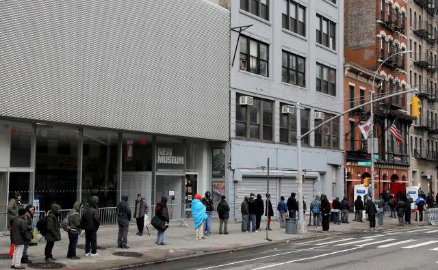 Vrste ljudi obubožanih američanov v New Yorku, pred zavetiščem čakajo na obrok. FOTO: Andrew Kelly/Reuters