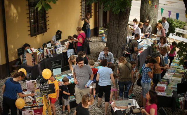 Kupovanje knjig je podoba, ki zbuja nostalgijo. Na fotografiji prizor z otroškega knjižnega festivala v Vodnikovi domačiji. Foto Jure Eržen