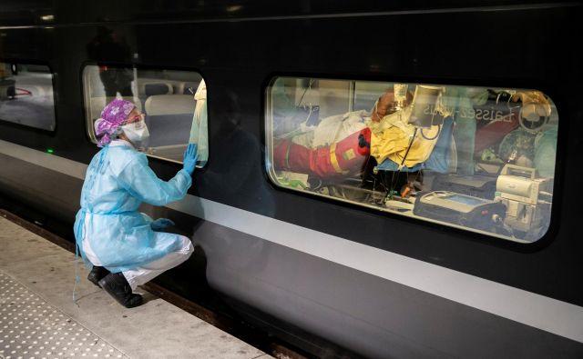 Prevoz pacientov s hitrimi vlaki v manj obremenjene regije. Foto: Reuters