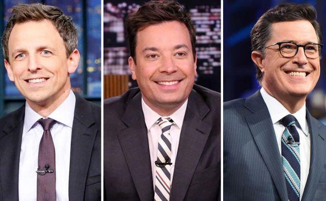 Zvezde ameriških pogovornih oddaj (z leve) Seth Meyers, Jimmy Fallon in Stephen Colbert oddajajo iz intime svojega doma. Foto NBC/CBS