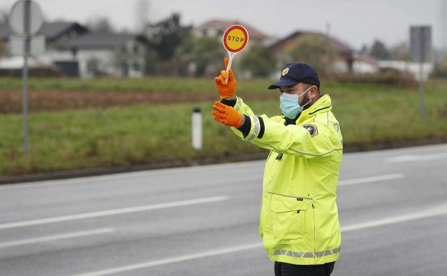 Policija je napovedala, da bo konec tedna iskala kršilce odloka o prepovedi gibanja zunaj občin in zbiranja na javnih površinah. Foto Leon Vidic/Delo