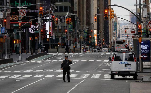 Policist je na opustelem Times Squaru posnel selfi. FOTO: Reuters