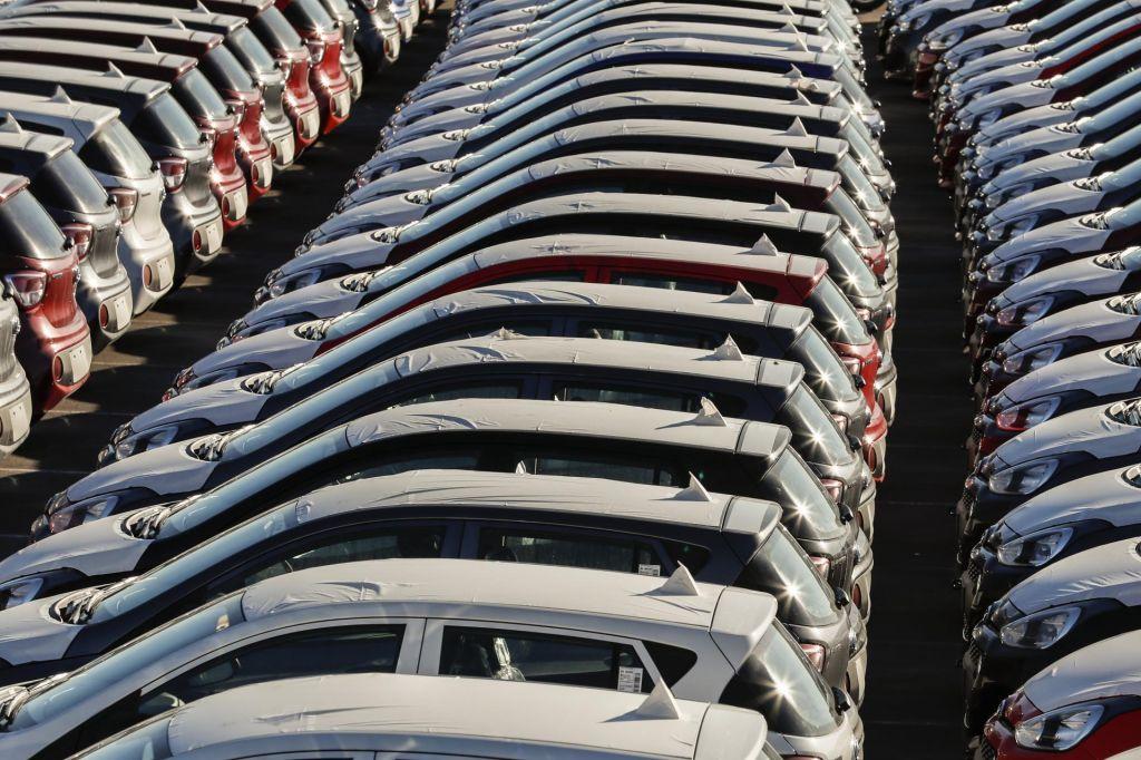 Slovenska avtomobilska prodaja za dve tretjini navzdol