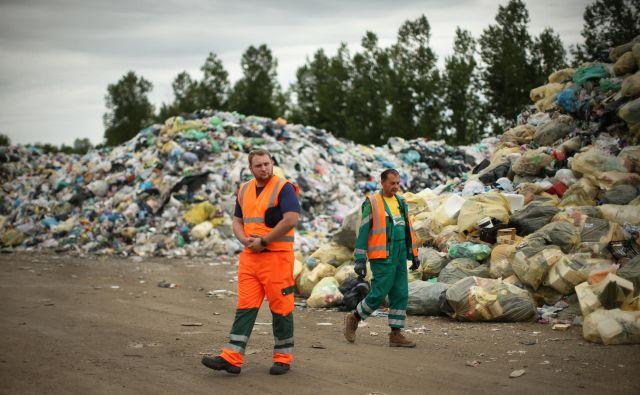 Komunalna podjetja še niso skladiščila toliko odpadne embalaže kot zdaj. FOTO: Jure Eržen/Delo