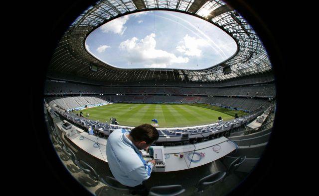 Slovita münchenska Allianz Arena je v teh dneh prazna, mnogi pa v bavarski metropoli sanjajo o vrnitvi nogometa kot tudi športnem prazniku 2022. FOTO: Reuters