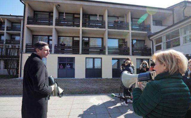 Kljub kritikam po obisku domov starejših v Lenartu in Logatcu, da ni primerno, da v času epidemije obiskuje najranljivejšo skupino prebivalcev, je predsednik republike Borut Pahor tudi današnji obisk v Postojni začel pred tamkajšnjim domom starejših. FOTO: Daniel Novakovič/STA