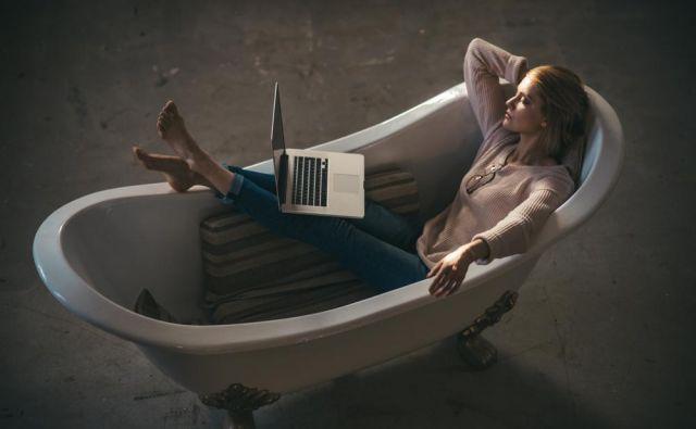 Delo od doma v kopalnici FOTO: Shutterstock