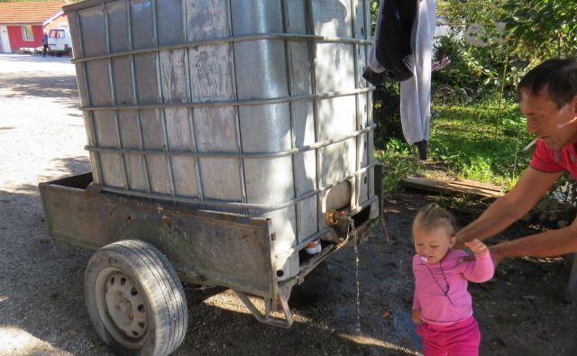 Nekoč bo morda tudi Romom v Goriči vasi v ribniški občini pritekla voda iz pip v hišah. FOTO: Bojan Rajšek/Delo