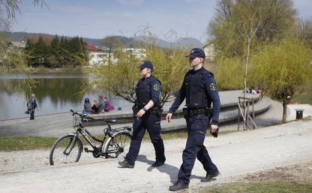 Ob koncu tedna je bilo več rekreacijskih točk v Ljubljani polnih obiskovalcev. Na fotografiji: policista na obhodu na Koseškem bajerju. FOTO: Leon Vidic/Delo