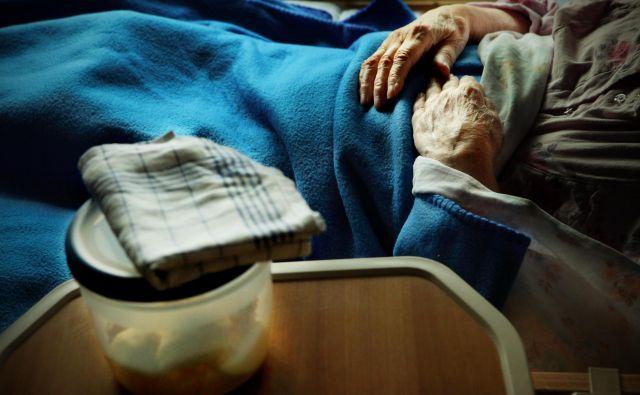 Med okuženimi 1188 osebami je 195 oskrbovancev domov za starejše in še 42 zaposlenih v domovih. FOTO: Jože Suhadolnik