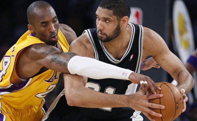 Kobe Bryant (levo) in Tim Duncan (desno) sta bila ogorčena tekmeca v dresih LA Lakers in San Antonia. FOTO: Reuters