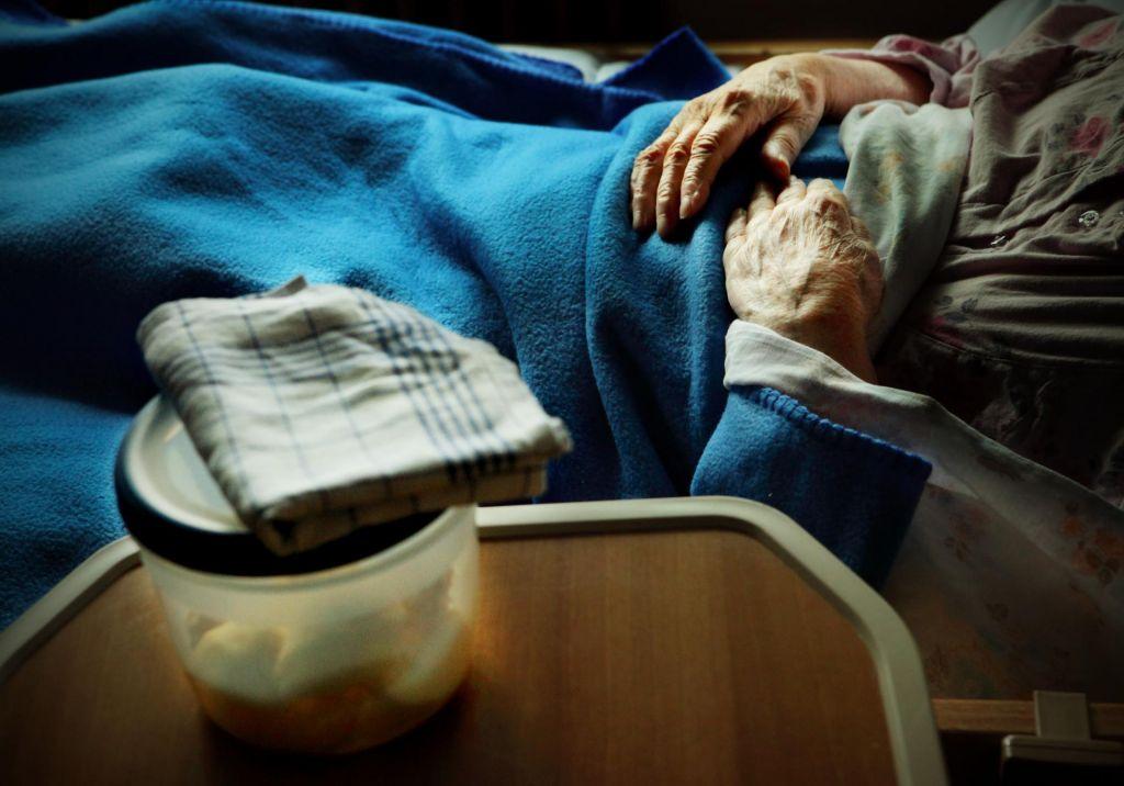 FOTO:Vsak šesti okuženi je oskrbovanec doma za starejše