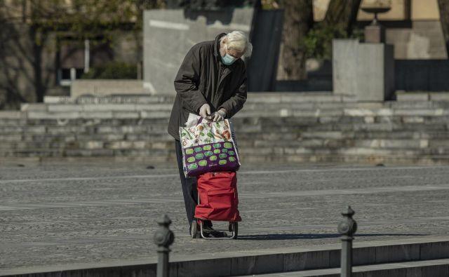 V Sloveniji je okuženih skoraj 1000 ljudi. Fotografija je simbolična. FOTO: Voranc Vogel/Delo