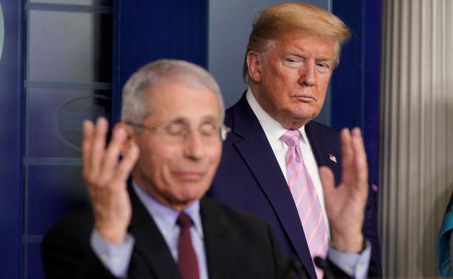 Predsednik Trump in dr. Anthony Fauci Američanom napovedujeta težke tedne.FOTO: Joshua Roberts/Reuters