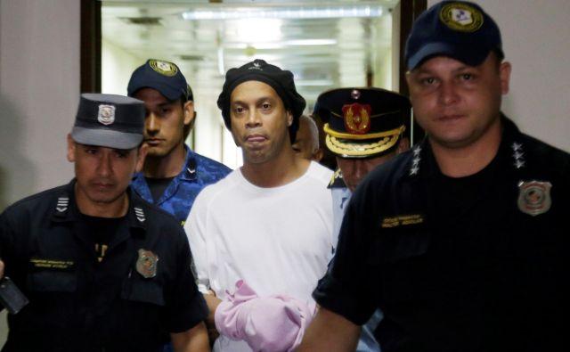Ronaldinho mora do nadaljnjega ostati v zaporu. FOTO: Reuters