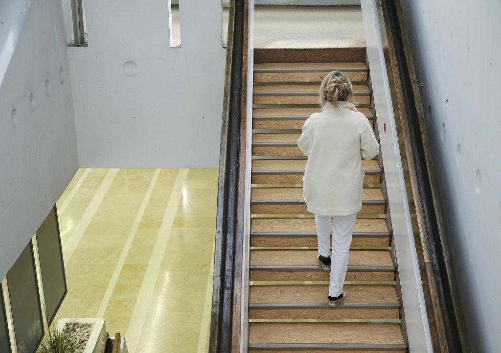 FOTO:Zdravstveno osebje dela tudi po 14 ur na dan