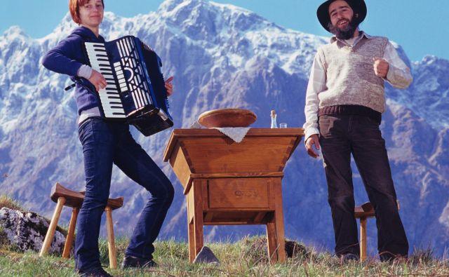 (Z)godbe Slovenije: krožni izleti, na fotografiji duo Bakalina. Foto Rafael Podobnik