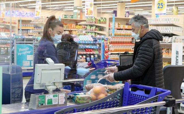 V tretji fazi nakupov smo kopičili zaloge živil in izdelkov za gospodinjstvo. FOTO Marko Feist