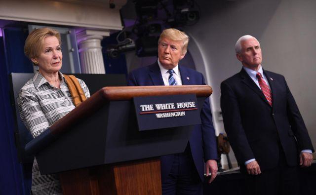 Predsednik Trump in njegov krizni štab na nedeljski tiskovni konferenci.FOTO: Eric Baradat/AFP