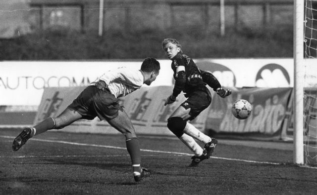 Samir Zulić je na prvi domači reprezentančni tekmi slovenske reprezentance pod okriljem Fife in Uefe dosegel prvi gol, ko je že v 13. minuti z glavo premagal estonskega vratarja Martija Pooma. FOTO: Igor Modic/Delo