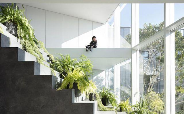 Japonski oblikovalec in arhitekt Oki Sato, ki ga v oblikovalskem svetu poznamo pod imenom Nendo, je zasnoval hišo za dve generaciji. Zaznamuje jo stopnišče, ki se vije iz zunanjosti vse do vrha hiše. Foto Takumi Ota