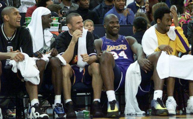 Tim Duncan (levo), Kevin Garnett (ob njem) in Kobe Bryant desno) med enim od skupnih nastopov na tekmah All-Star NBA. Med njimi Jason Kidd in Shaquille O'Neal. FOTO: Reuters