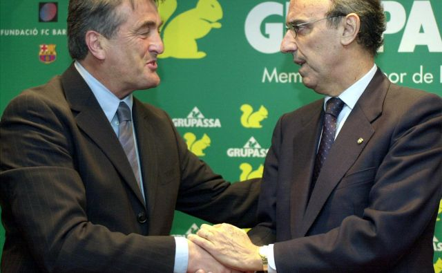 Radomir Antić (levo) se je tako ob prihodu v Barcelono predstavil predsedniku Joanu Gaspartu. FOTO: Reuters