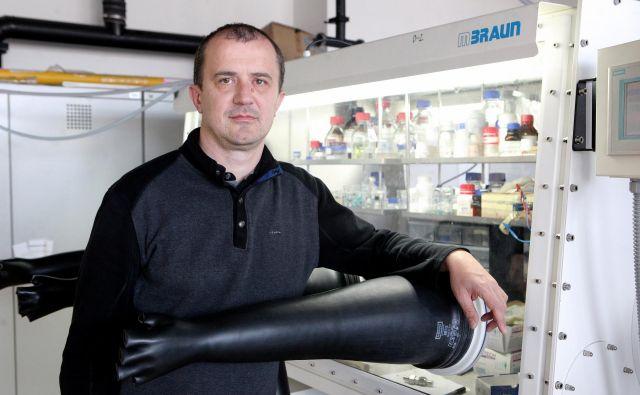 Kemijski inštitut oziroma njegov laboratorij Moderni baterijski sistemi, ki ga vodi prof. dr. Robert Dominko, je v okviru vseevropske pobude Battery 2030+ aktiven na področju študij degradacijskih procesov v akumulatorjih, na podlagi katerih bodo lahko razvili samozdravilne mehanizme v akumulatorju. FOTO: Mavric Pivk/Delo
