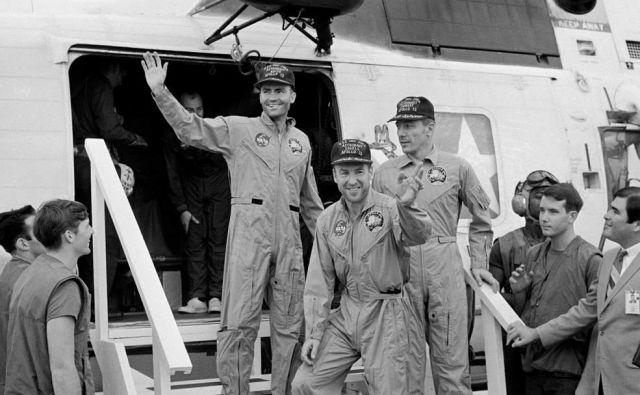 Posadka Apolla 13 na krovu ladje USS Iwo Jima, ki jih je pobrala po srečnem pristanku 17. aprila 1970. Od leve: pilot lunarnega modula Fred W. Haise Jr., poveljnik odprave James A. Lovell Jr. in John L. Swigert Jr., pilot komandnega modula.FOTO: Nasa