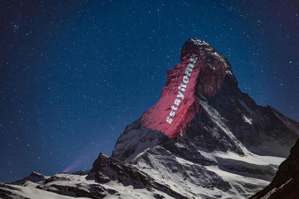 FOTO:Osvetljeni očak alpinizma kot platno s sporočili upanja