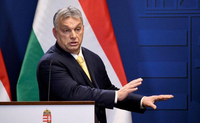 Kritiki iz EPP očitajo madžarskemu premieru uvedbo sistema, ki dopušča, da lahko njegova vlada brez časovnih omejitev de facto vlada z dekreti. FOTO: Tamas Kaszas/Reuters