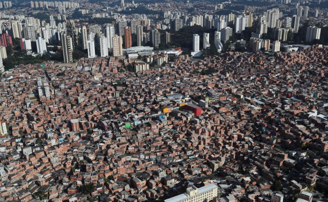 Favele so zelo gosto poseljene, zaradi česar je težko ohranjati socialno distanco, problem je tudi osnovna sanitarna infrastruktura. Foto: Reuters
