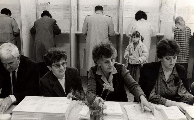 Na prvih neposrednih strankarskih volitvah v Sloveniji je bilo nekaj nerodnosti in zadreg, z današnjega vidika pa tudi precej inovativnih rešitev. FOTO: Joco Žnidaršič