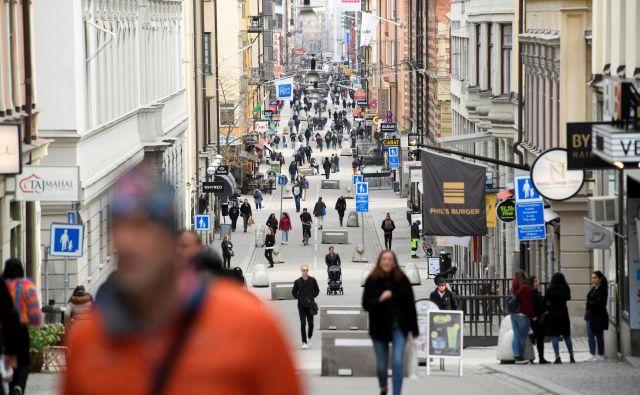 Stockholmska ulica konec marca, ko je večina evropskih držav uvedla strogo omejitev gibanja. Foto: Reuters