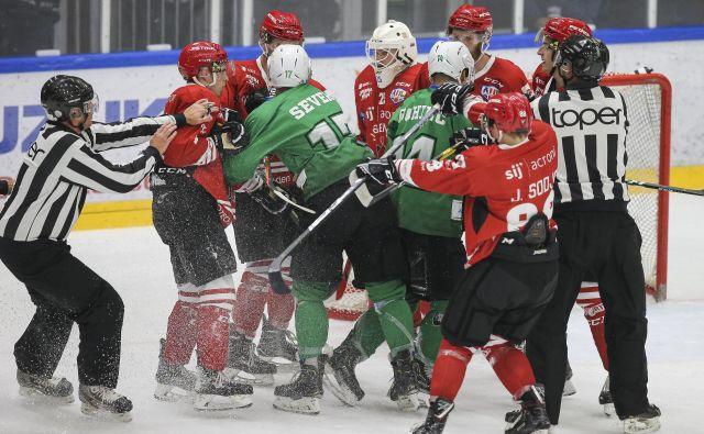 Za akterje vodilnih dveh slovenskih hokejskih klubov, med katerimi je bil tudi francoski vratar Antoine Benvalot, se je sezona končala brez izločilnih bojev in odločitve o prvaku AHL in DP. FOTO: Jože Suhadolnik/Delo