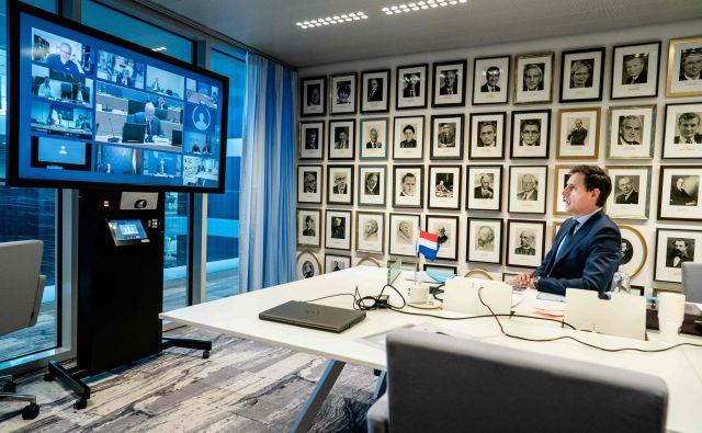 Nizozemski finančni minister Wopke Hoekstra<strong> </strong>v evropskih razpravah o finančni solidarnosti velja za jastreba s severa. Na fotografiji spremlja videokonferenco s kolegi iz EU. FOTO: Bart Maat/AFP
