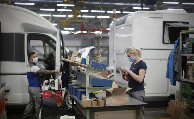 V novomeškem proizvajalcu počitniških prikolic in avtodomov so včeraj začeli sestavljati svoje izdelke ob ustrezni zdravstveni zaščiti delavcev. Foto Jure Eržen
