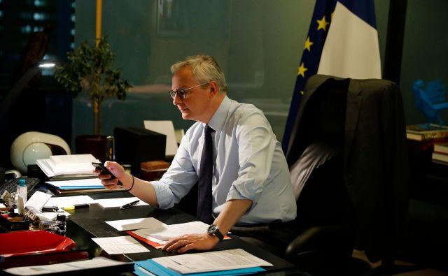Francoski finančni minister<strong> Bruno Le Maire</strong> med premorom na videokonferenci evroskupine o protikriznih ukrepih. FOTO: Thomas Samson/AFP