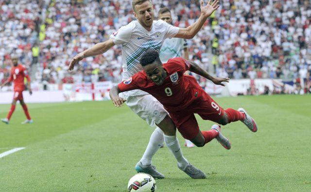 Eden bolj spektakularnih reprezentančnih nastopov je bil za Aleša Mertlja v Stožicah proti Angliji, ko se je takole boril proti Raheemu Sterlingu.<br /> Foto AFP