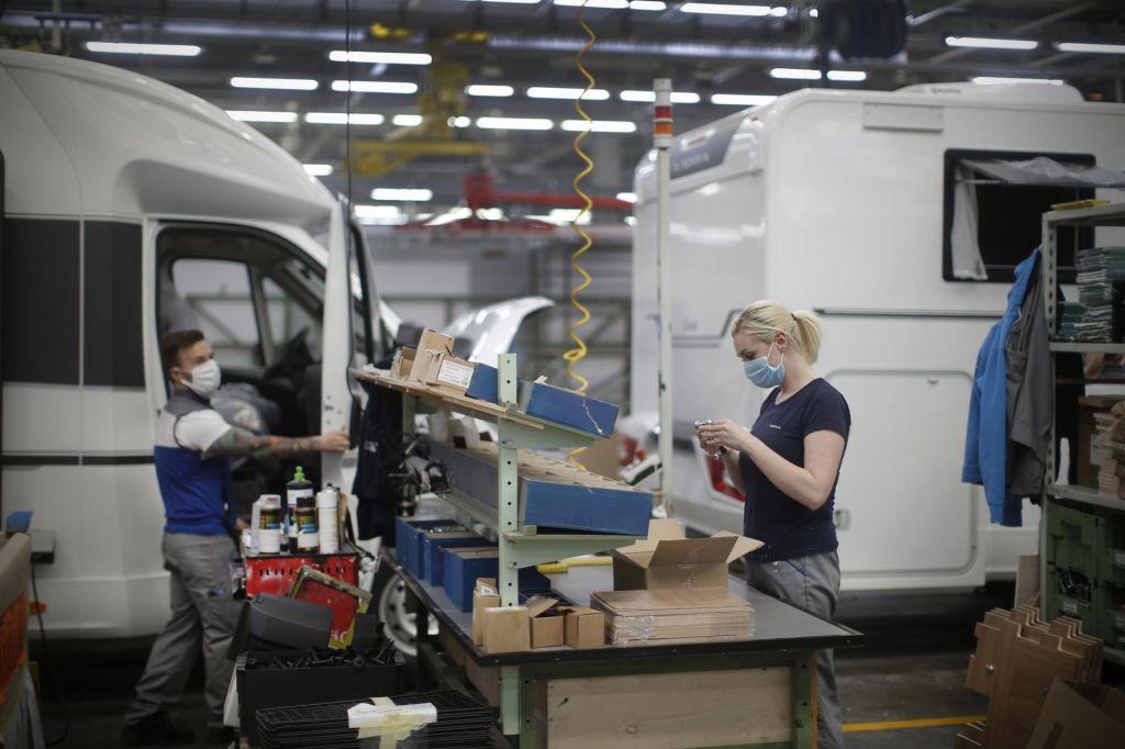 Industrija počasi na stare obrate