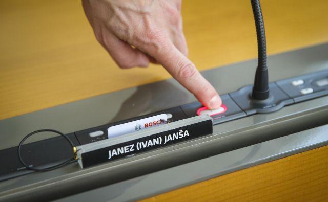 Javni nastopi premiera Janeza Janše sprožajo številne polemike – tudi zaradi napadov na politične tekmece in strašenja prebivalstva.<br /> Foto Jože Suhadolnik