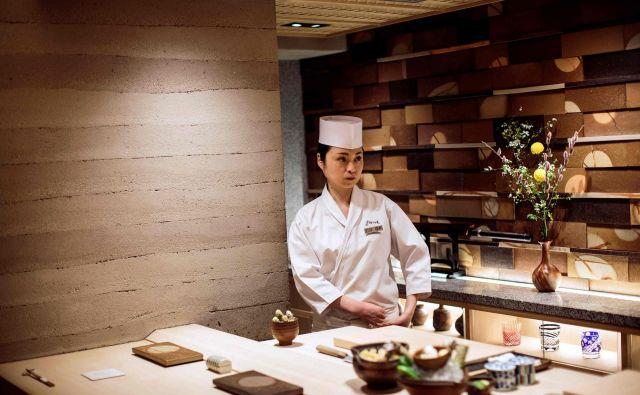 V precej ekskluzivni moški družbi mojstrov za suši je 33-letna Mizuho Ivai še vedno redka ptica. FOTO: AFP<br />