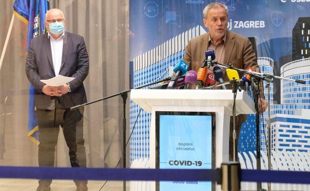 Bandić (na fotografiji desno, na včerajšnji tiskovni konferenci) se izogiba odgovorom na neprijetna novinarska vprašanja, vse večje luknje v mestni blagajni pa poskuša zamašiti s prodajo več počitniških domov, ki jih ima Zagreb ob hrvaški obali. Foto: Cropix