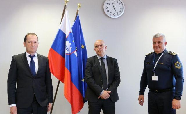 Z leve: v. d. direktorja uprave kriminalistične policije Vojko Urbas, dosedanji prvi mož kriminalistov Boštjan Lindav in v. d. generalnega direktorja policije Anton Travner. Foto Policija