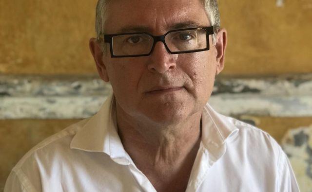 Michel Onfray je izjemno plodovit in oster kritik francoske družbe in širšega sveta.<br /> Fotografiji osebni arhiv