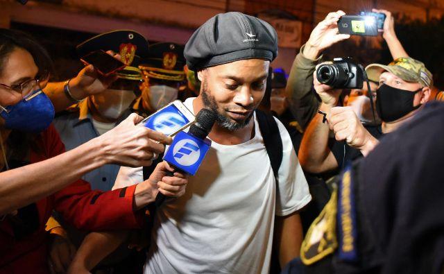 Dober mesec je Ronaldinho prebival v zaporu, kjer so ga drugi zaporniki sprejeli z velikim navdušenjem, po plačilu varščine pa bo na sodni razplet čakal v hotelu v Asuncionu. FOTO: AFP