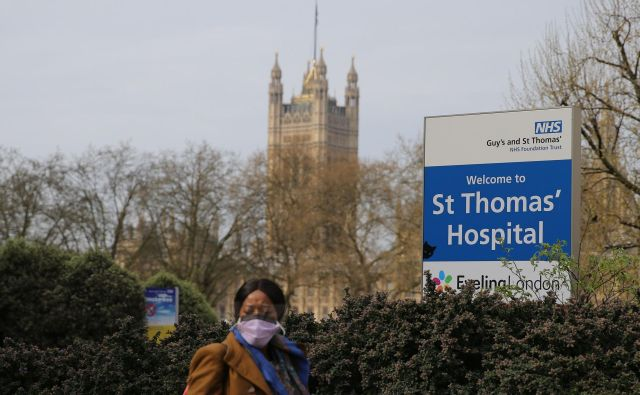 V londonski bolnišnici St Thomas' Hospital soJohnsonu zaradi covida-19 dali kisik, ni pa potreboval pomoči pri dihanju. FOTO:Isabel Infantes/AFP
