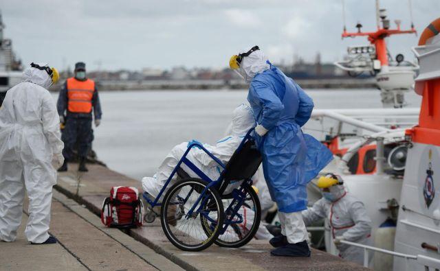 Z ladje Greg Mortimer so v bolnišnici v Montevideu sprejeli le najhuje bolne potnike, preostale bodo z ladje odpeljali z nujnimi poleti. FOTO:Daniel Rodriguez/AFP