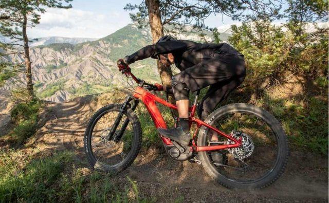 Enduro kolo s polnim vzmetenjem s tehnologijo Hybrid Cycling ponuja resnično vsegorsko akcijo in zabavo. FOTO: Arhiv proizvajalca